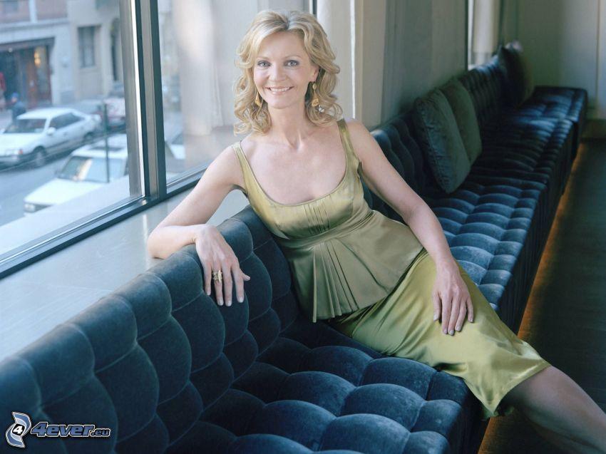 Joan Allen, blondin på soffa