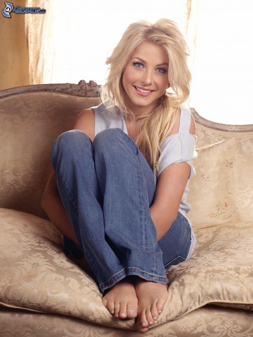 Julianne Hough, leende, blondin på soffa