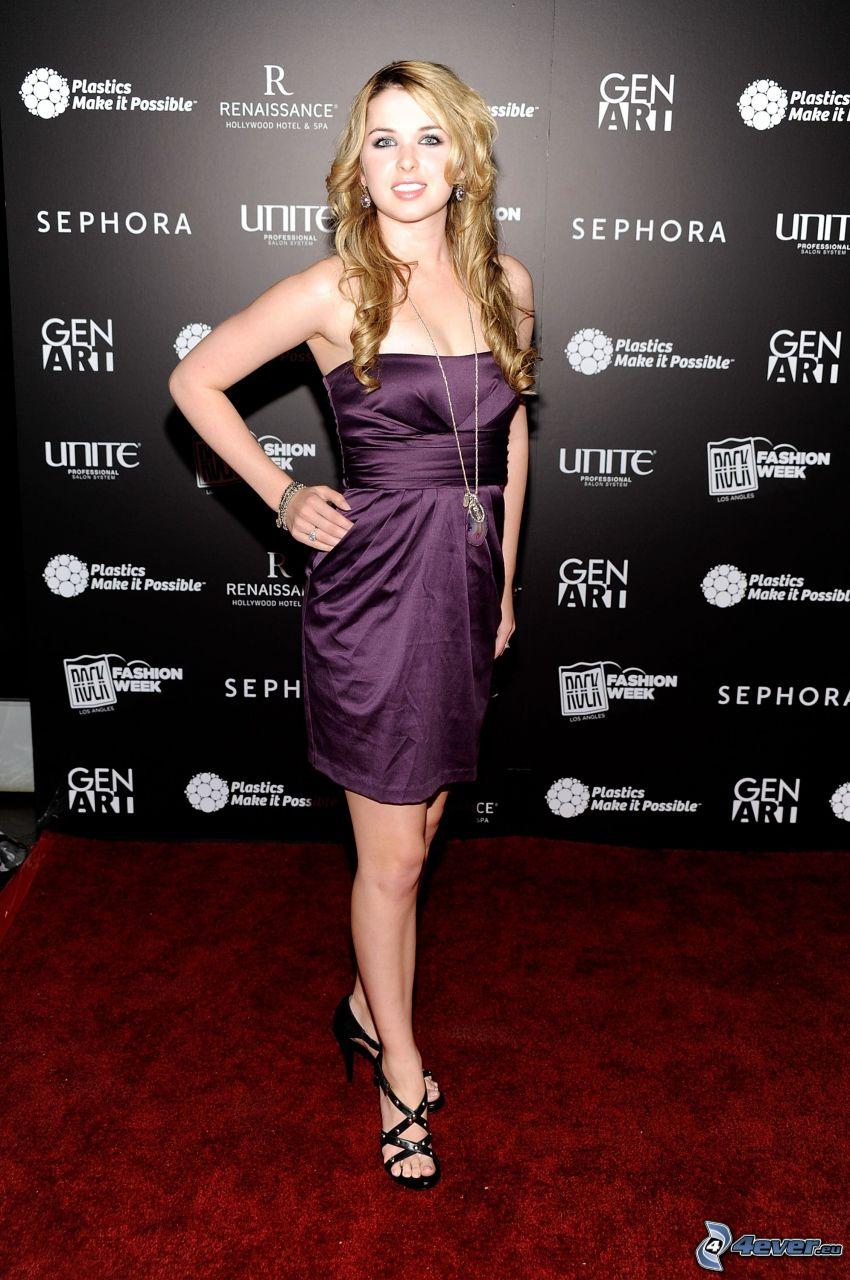 Kirsten Prout, lila klänning