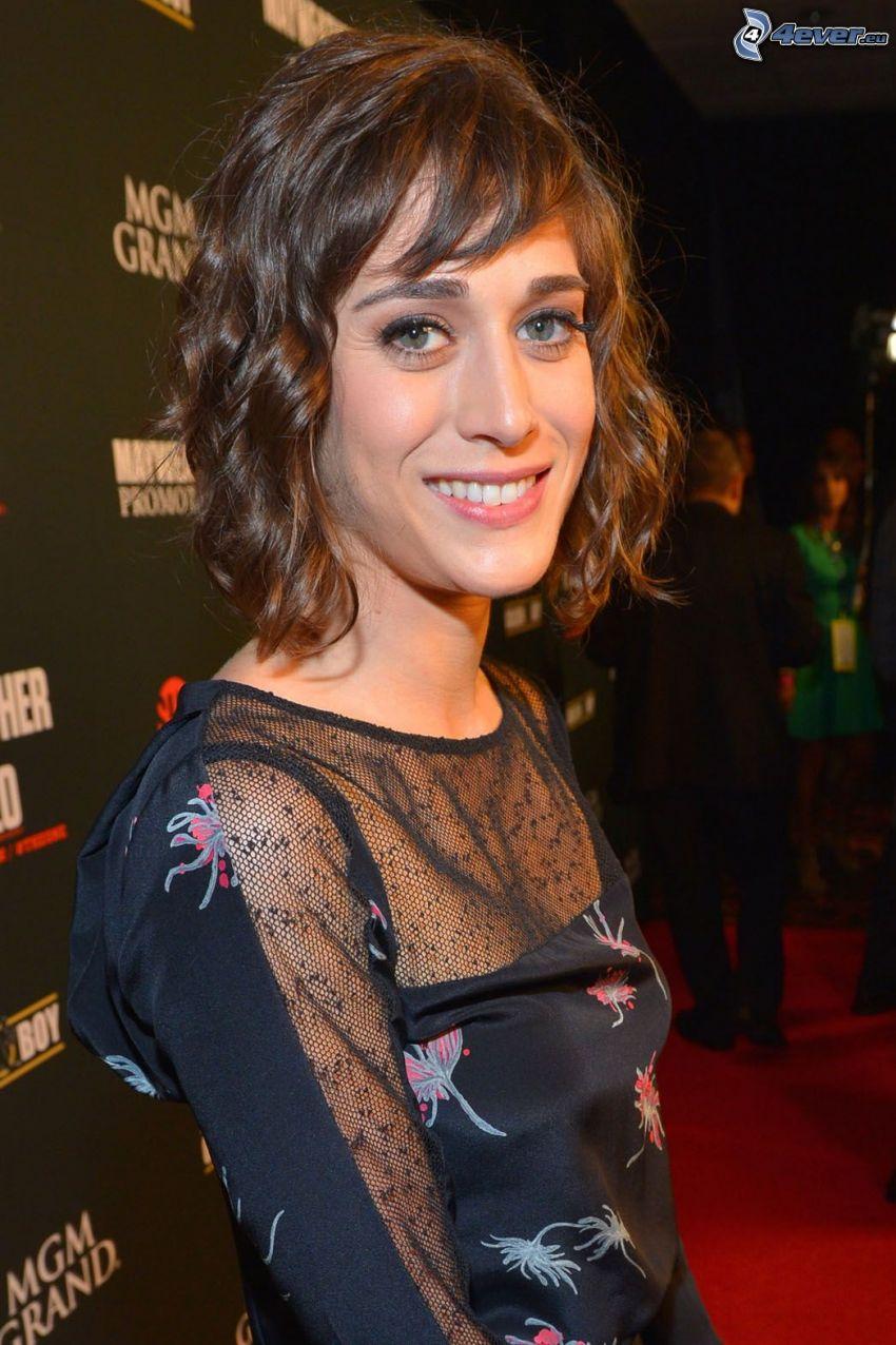 Lizzy Caplan, leende