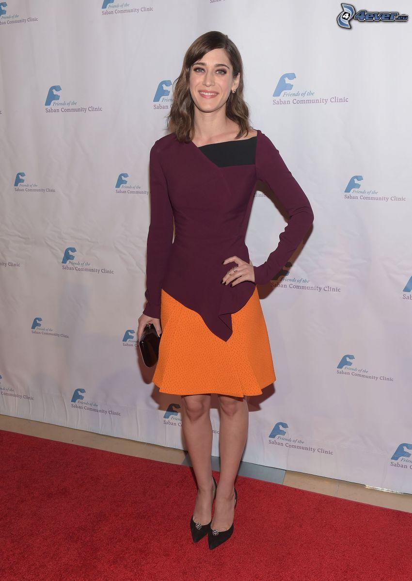 Lizzy Caplan, lila klänning