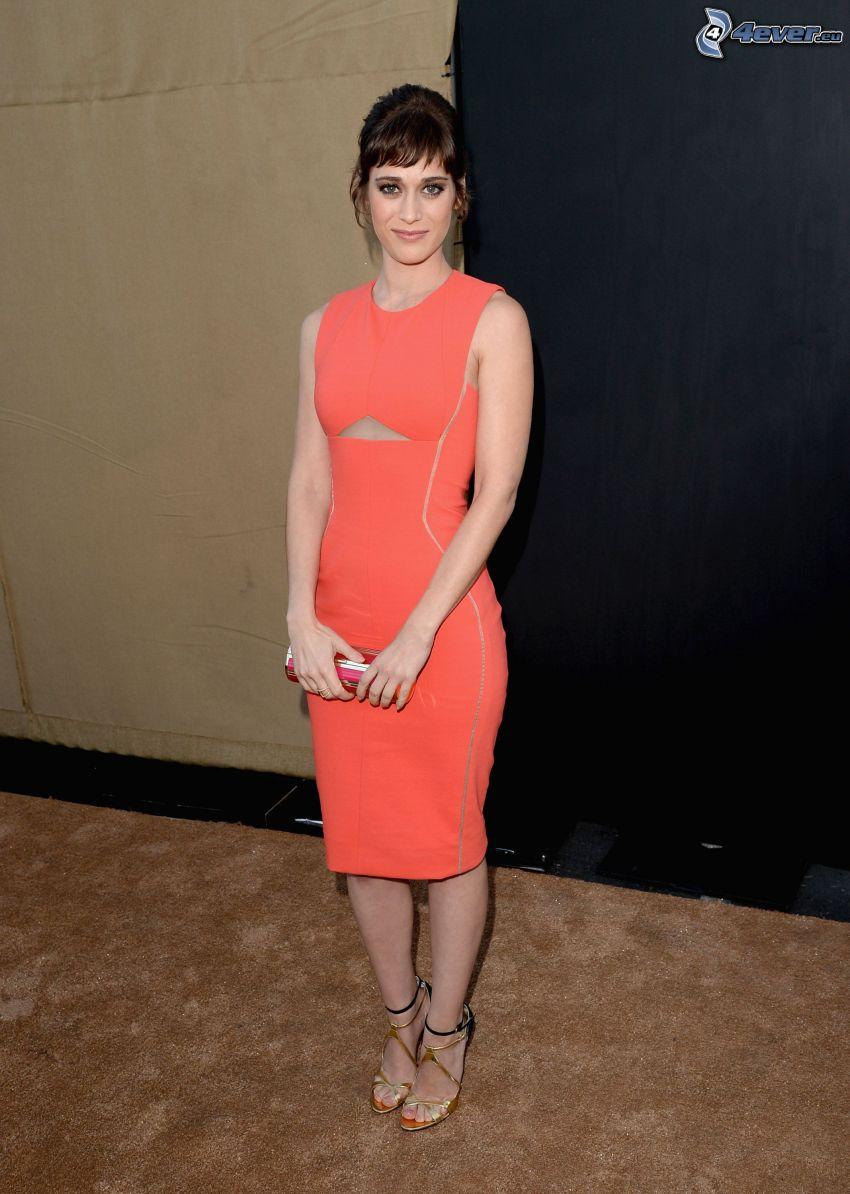 Lizzy Caplan, orange klänning