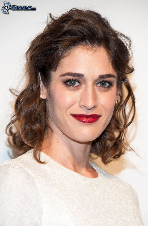 Lizzy Caplan, röda läppar