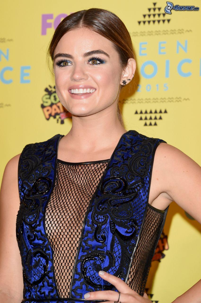 Lucy Hale, nätvävd klänning, leende
