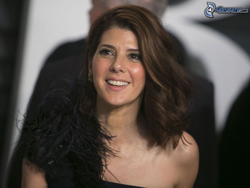 Marisa Tomei, leende, svart klänning