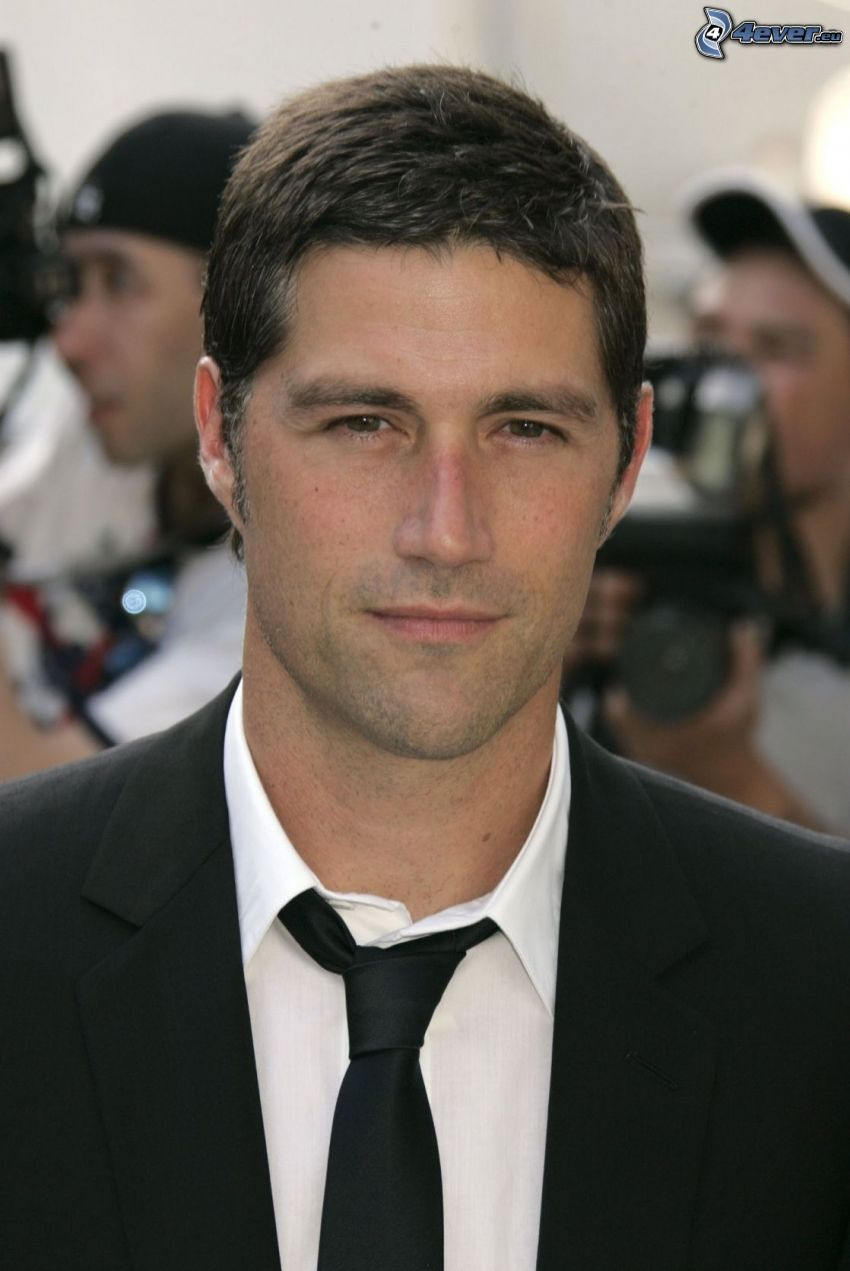 Matthew Fox, man i kostym, slips