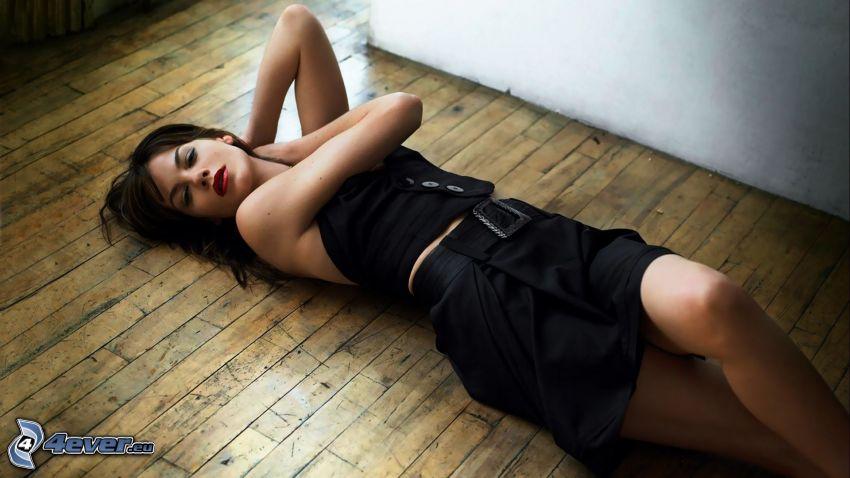 Michelle Monaghan, brunett på golv