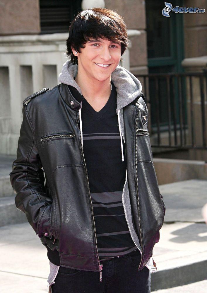 Mitchel Musso, leende, skinnjacka