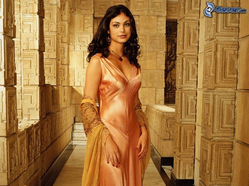 Morena Baccarin, beige klänning