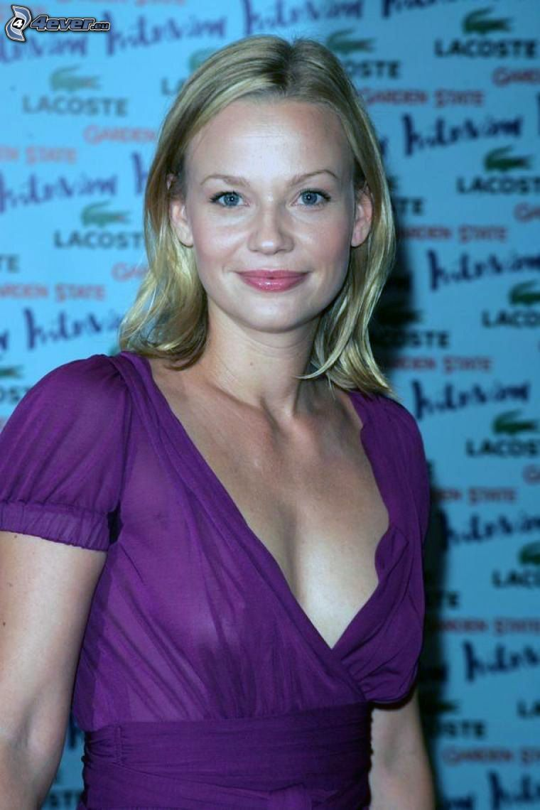 Samantha Mathis, lila klänning