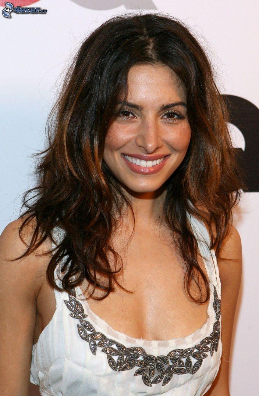 Sarah Shahi, leende