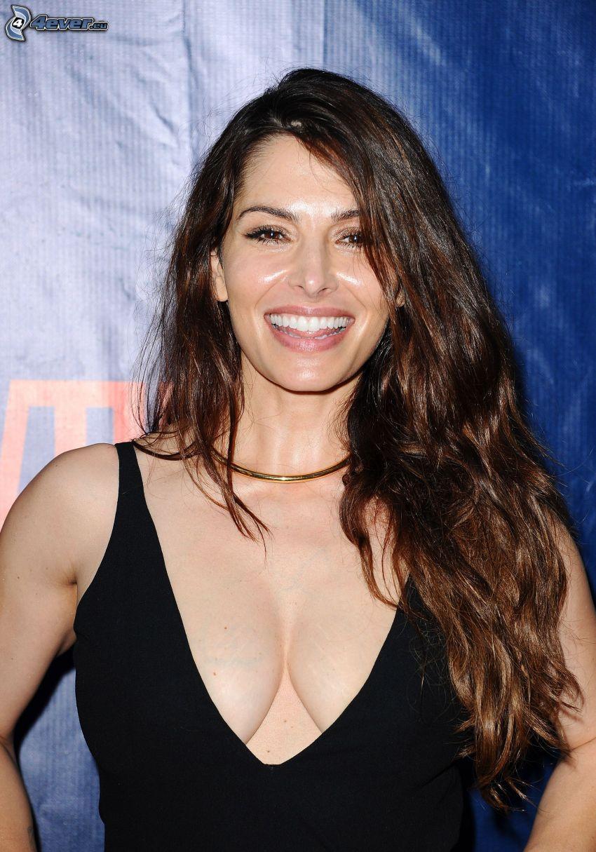 Sarah Shahi, skratt