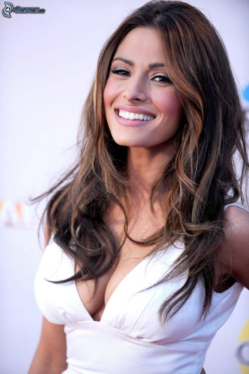 Sarah Shahi, vit tröja, leende