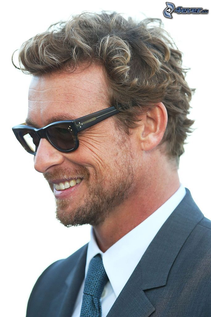 Simon Baker, man med glasögon, leende