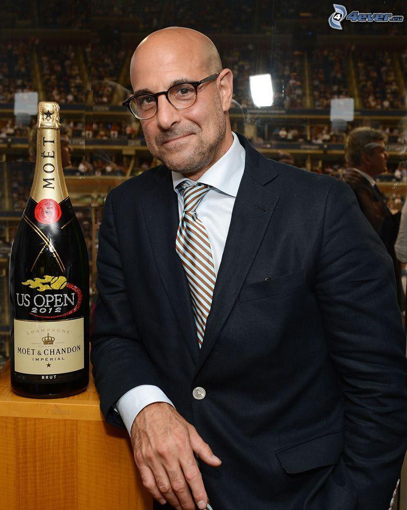 Stanley Tucci, man i kostym, champagne
