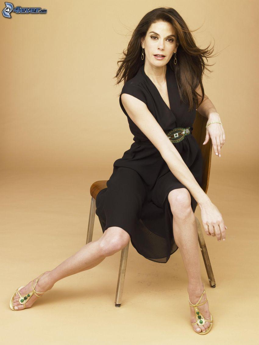 Teri Hatcher, kvinna på stol, svart klänning