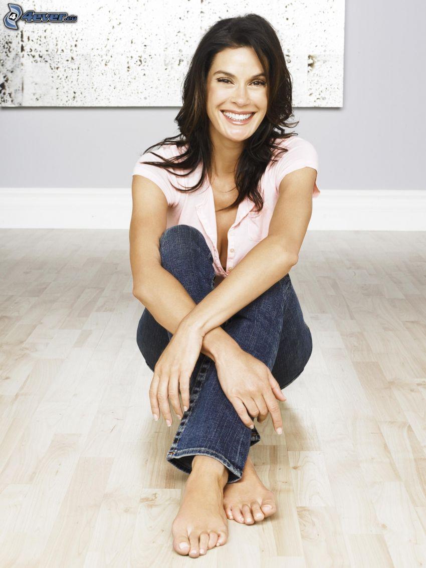 Teri Hatcher, leende, brunett på golv