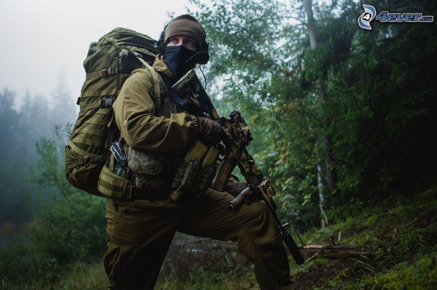 soldat med en pistol, skog