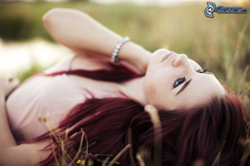 Susan Coffey, flicka i gräs, rödhåring