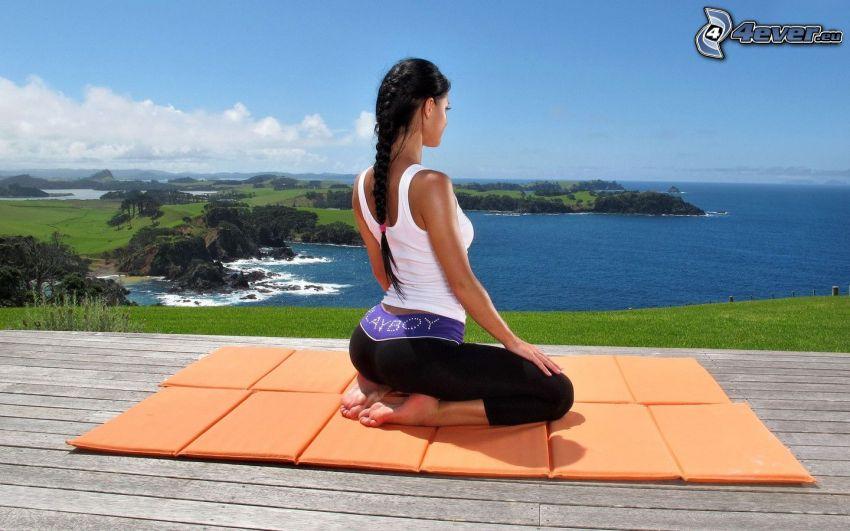 svarthårig kvinna, meditation, havsutsikt