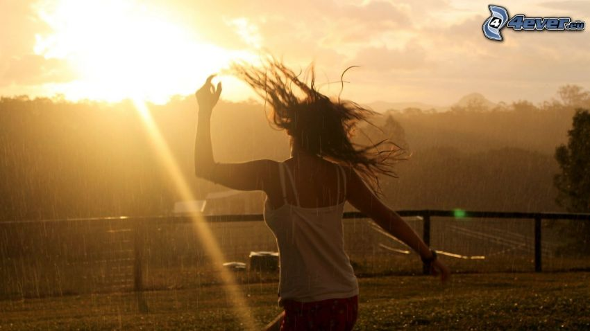 tjej i regn, solnedgång, solstrålar