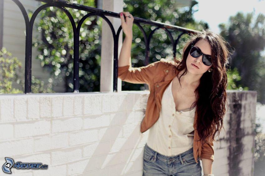 tjej med glasögon, solglasögon, staket