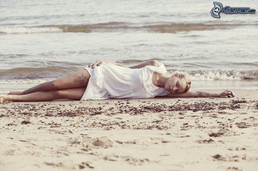 tjej på strand, sömn, hav