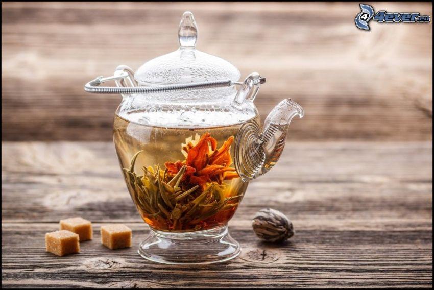 blommande te, tekanna, sockerbitar