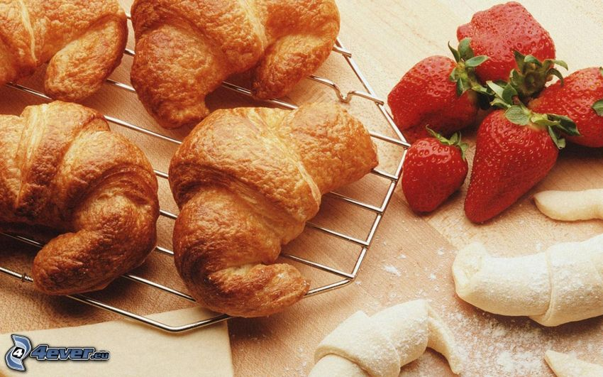 croissanter, jordgubbar