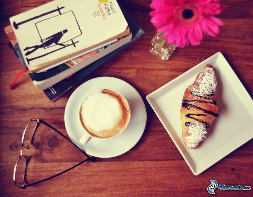 frukost, croissant, kaffe, glasögon, böcker, lila blomma