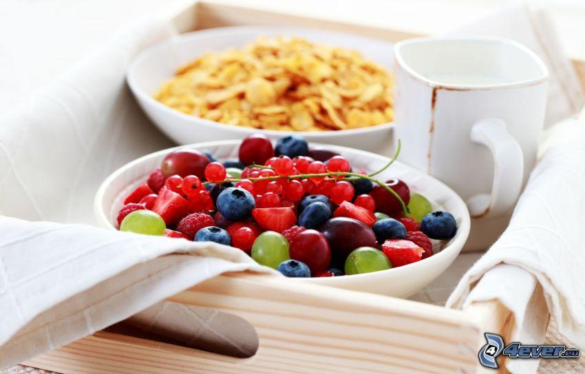 frukost, frukt, corn flakes, blåbär, röda vinbär, jordgubbar, hallon, vindruvor, kopp