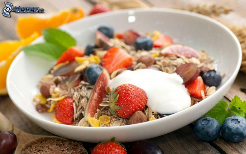 frukost, müsli, jordgubbar, blåbär, hasselnötter