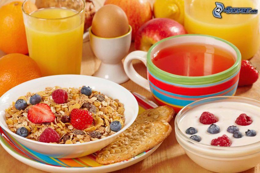 frukost, müsli, te, yoghurt, apelsinjuice, ägg, äpplen