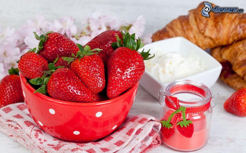 glas med jordgubbar, frukost, croissant