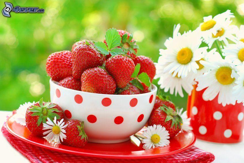 glas med jordgubbar, jordgubbar, prästkragar