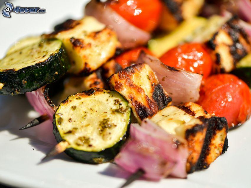 grillspett, gurkor, körsbärstomater, lök, grillat kött