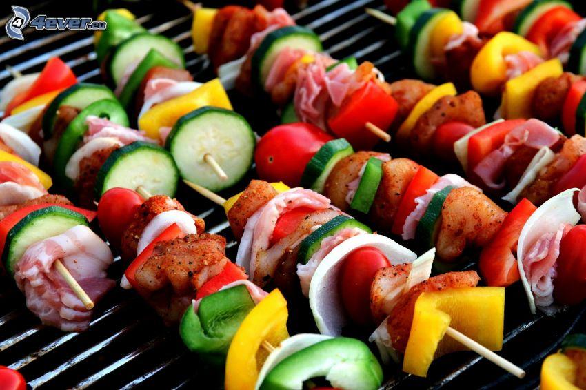 grillspett, gurkor, paprikor, bacon, körsbärstomater