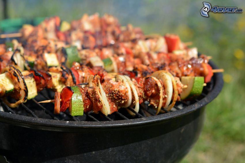 grillspett, gurkor, paprikor, lök, grillat kött