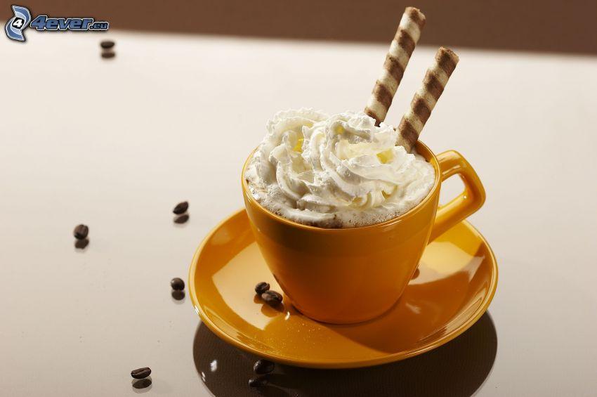 kaffe med grädde, kaffekopp, kaffebönor, rullade oplater