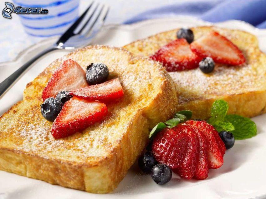 rostat bröd, jordgubbar, blåbär, gaffel