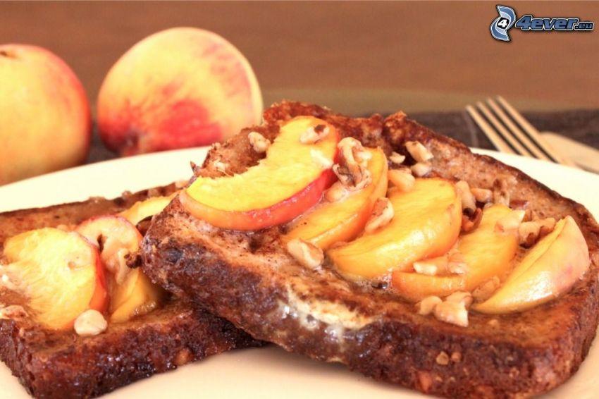 rostat bröd, persikor, nötter