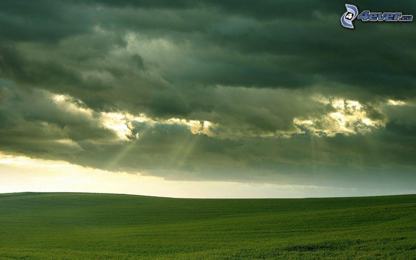 åker, mörka moln, solstrålar