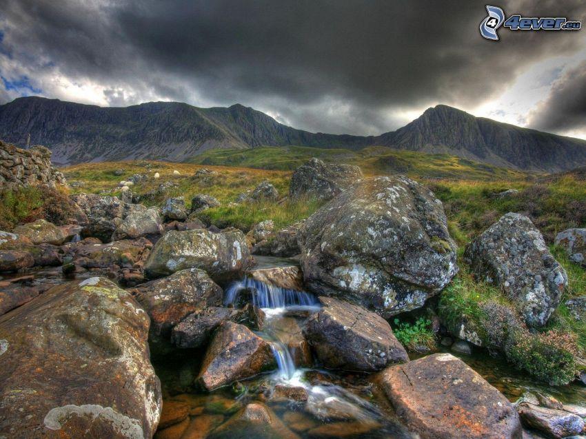 bäck, stenbumlingar, kullar, mörka moln, HDR