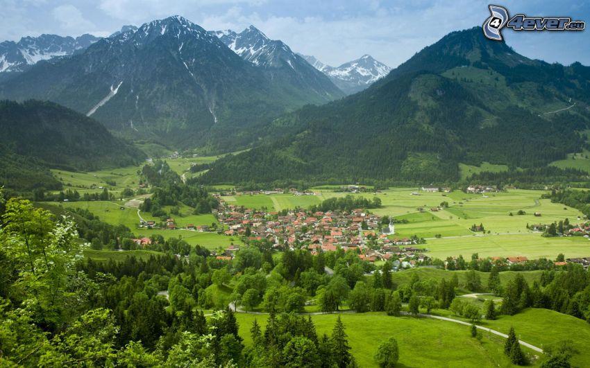 Bayern, klippiga berg, stadsutsikt, gröna träd