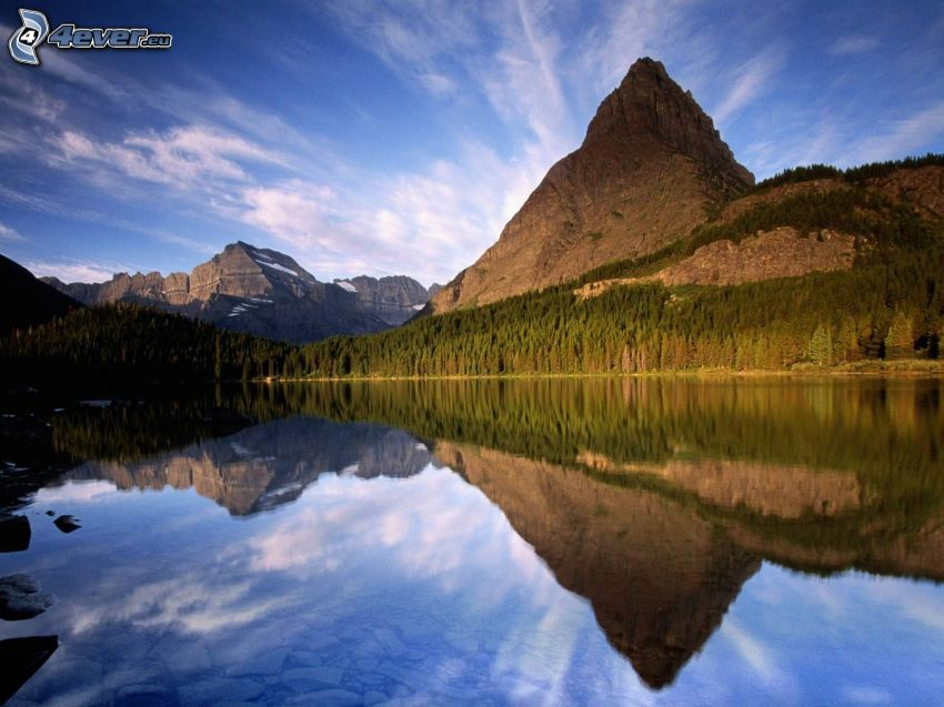 berg, sjö i skogen, lugn vattenyta, spegling, himmel, barrskog
