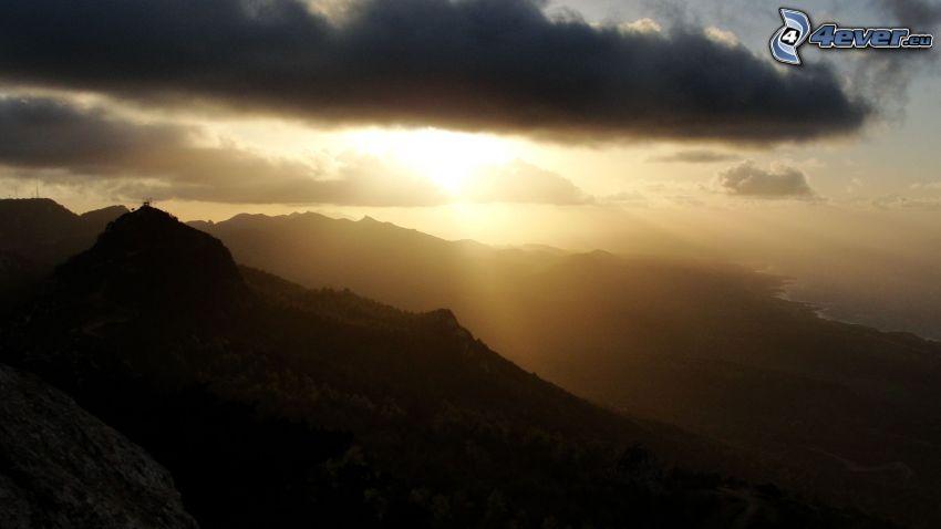 berg, solstrålar, moln