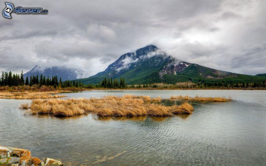 berg i molnen, sjö, Kanada