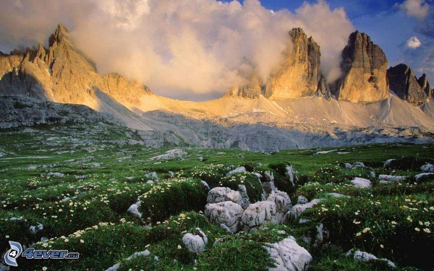 Dolomiterna, klippiga berg, äng, moln