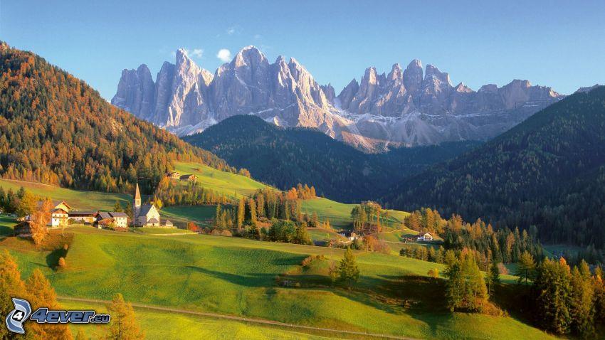 Dolomiterna, klippiga berg, kullar, äng