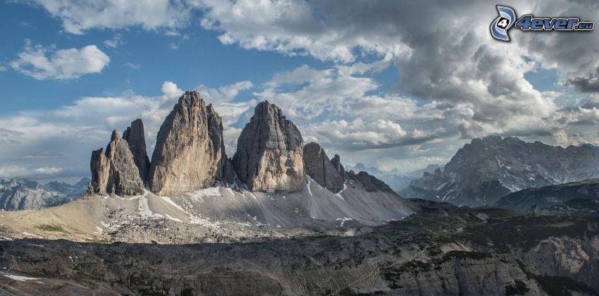 Dolomiterna, klippiga berg, mörka moln